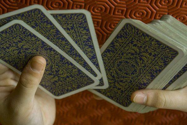 Wróżenie z kart tarota – podstawy dla początkujących